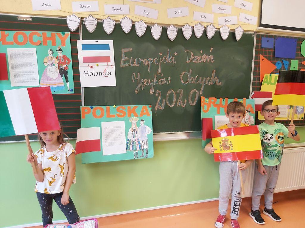 Dzieci z klasy 1b podczas obchodów Europejskiego Dnia Języków Obcych