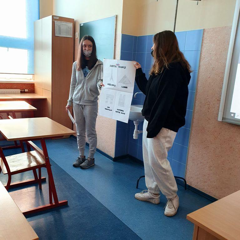 Uczniowie prezentują projekt edukacyjny.