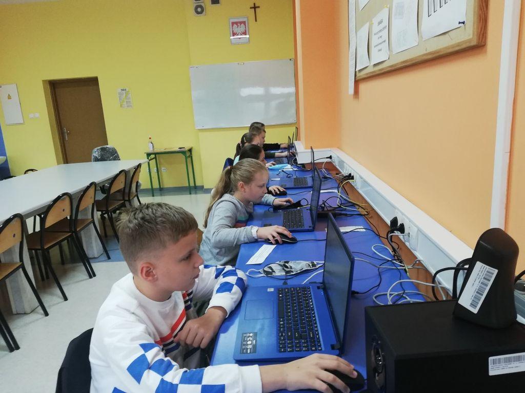Dzieci na zajęciach szachowych w szkole
