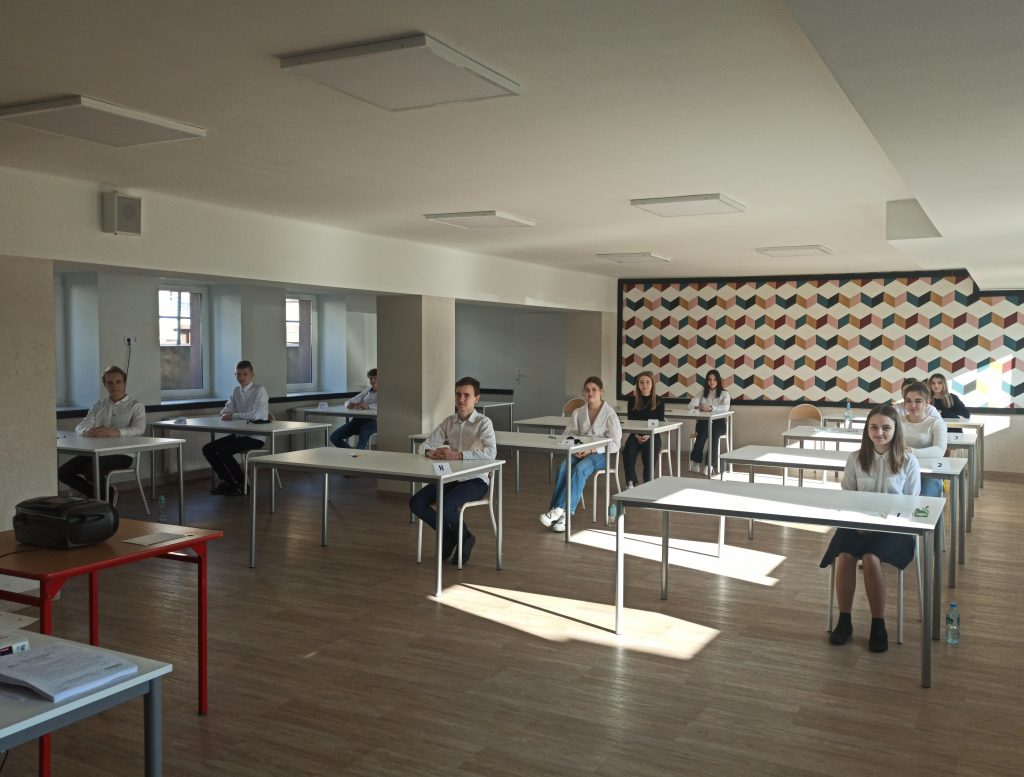 uczniowie na sali egzaminacyjnej